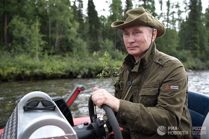 Во время поездки на Дальний Восток президент выделил два дня на остановку в Южной Сибири, несмотря на крайне напряженный график. На фото: Владимир Путин на моторной лодке на каскаде горных озер в Туве.На фото: Владимир Путин во время рыбалки на каскаде горных озер в Туве.