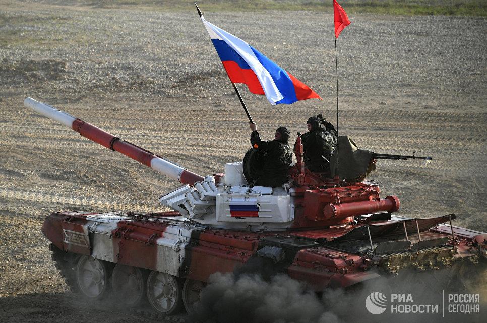 Российский экипаж во время соревнований по танковому биатлону на подмосковном полигоне Алабино.