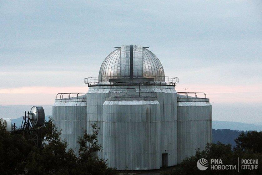 На том же склоне, что и БТА установлены два малых телескопа диаметром 1 и 0,6 метра.
