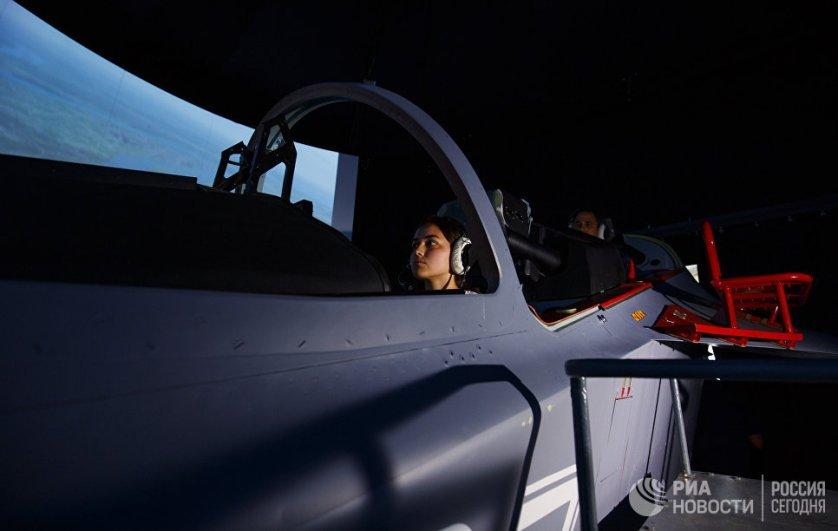 """Во время посещения училища девушки смогли попробовать себя за штурвалом тренажера Як-130 и """"пролетели"""" над Краснодаром."""
