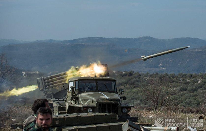 """Артиллеристы сирийской армии стреляют с применением систем залпового огня """"Град"""" на позициях в провинции Идлиб на северо-западе Сирии"""
