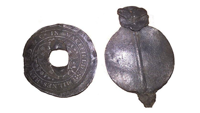 Торговая пломба из свинеца, найденная при работах в Зарядье. Англия. XVIII век. 11 августа 2017