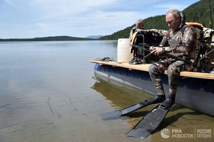 Путин поручил губернатору Иркутской области Сергею Левченко рассчитать стоимость строительства трассы, заметив, что за прошедшие месяцы это уже можно было сделать. На фото: Владимир Путин во время подводной охоты в гидрокостюме.