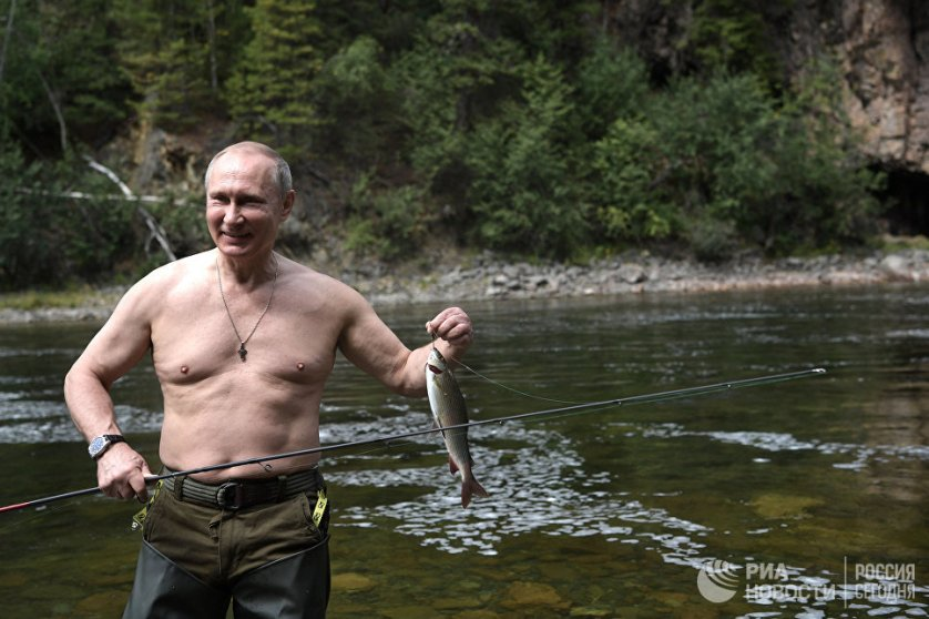 В Сибири российский президент провел два дня и за это время успел побывать в тайге и порыбачить на горных озерах. На фото: Владимир Путин во время рыбалки на каскаде горных озер в Туве.