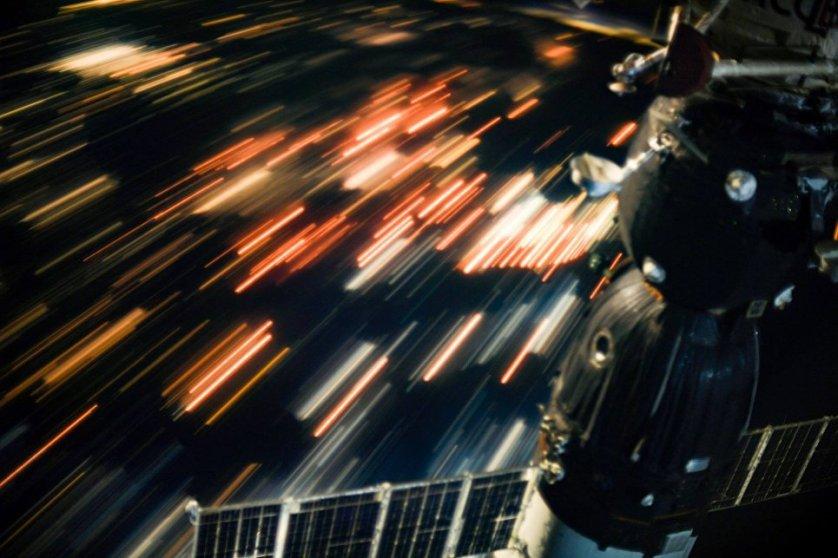 Эта фотография сделана космонавтом Сергеем Рязанским с выдержкой в 15 секунд, за это время Международная космическая станция пролетела 120 км. Ночные города становятся похожи на звездный дождь, когда пролетаешь над ними со скоростью 28 000 км/ч, отметил Рязанский.