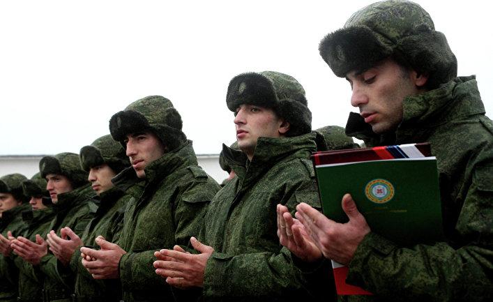 Новобранцы на плацу военного коммисариата Чеченской Республики перед отправкой к месту несения службы в рядах российской армии.