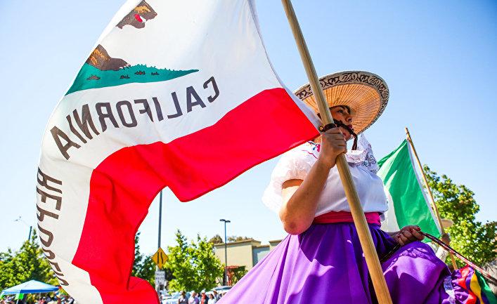Женщина с флагом Республики Калифорния на параде в городе Аламида, штат Калифорния, США.