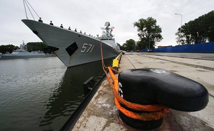 """Фрегат военно-морских сил КНР """"Юньчэн"""" в порту Балтийска, куда он прибыл в составе трех кораблей ВМС Китая для участия в российско-китайских учениях """"Морское взаимодействие – 2017""""."""