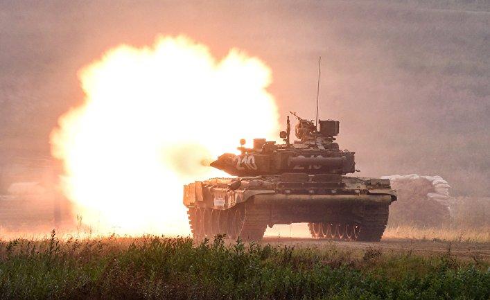 """Танк Т-90 во время демонстрационного показа современных и перспективных образцов вооружения, военной и специальной техники в рамках международного военно-технического форума """"Армия-2017"""" на полигоне """"Алабино""""."""