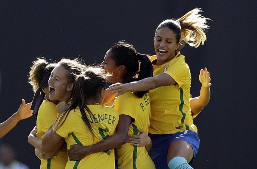 Женская сборная Бразилии по футболу радуется забитому голу в матче с США в Сан-Диего.