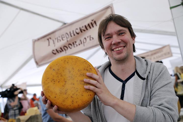 """Совладелец """"Губернского сыровара"""" Андрей говорит, что в России больше любят мягкие сыры"""