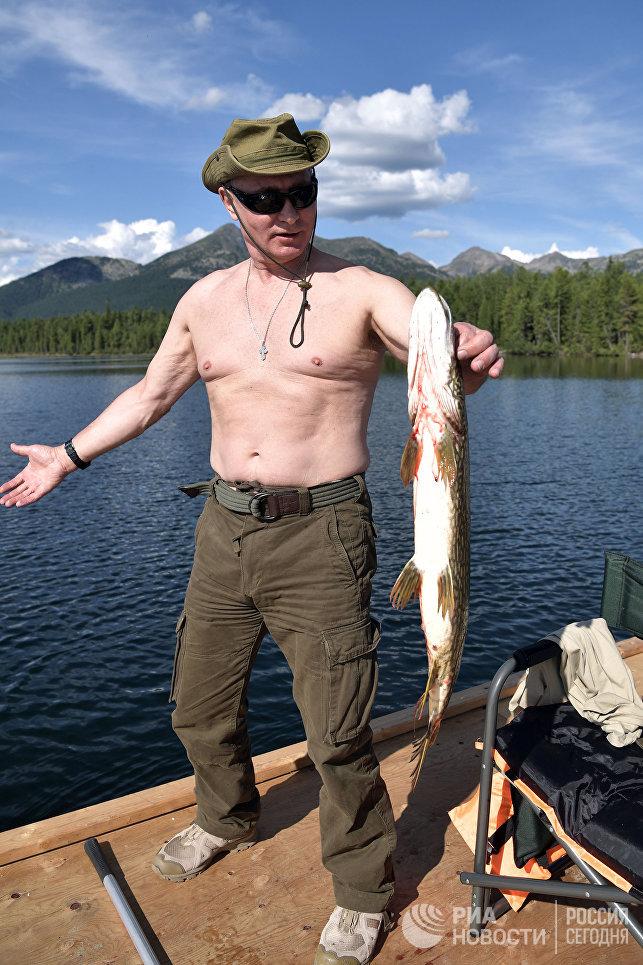 """Рекордов, как с щукой в 2013 году, не было, однако рыбалка прошла """"интереснее, чем раньше"""", отметил пресс-секретарь главы государства Дмитрий Песков. На фото: Владимир Путин во время рыбалки."""