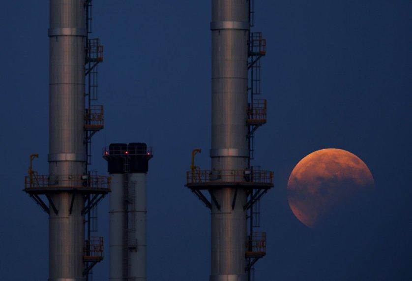 Красный оттенок луны был вызван тем, что часть света, идущего от Солнца, проходила сквозь земную атмосферу, которая наиболее прозрачна для лучей красно-оранжевой части спектра. В результате голубой свет остался в атмосфере, а красный – прошел к Луне.