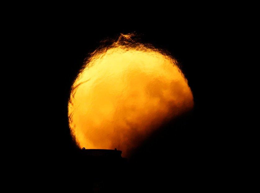 В России наблюдать за частичным лунным затмением можно было по всей стране, где была ясная погода.