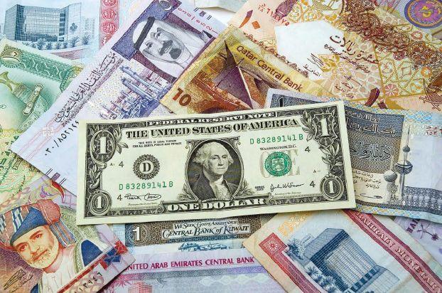 التنوّع الاقتصادي والاحتياطات تتيح لدول الخليج الصمود أمام ضغوط ربط عملاتها بالدولار