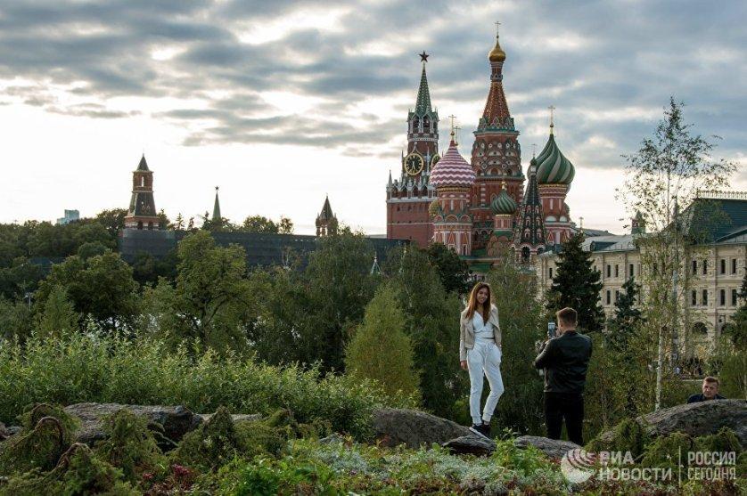 """Посетители на территории природно-ландшафтного парка """"Зарядье"""" в Москве."""