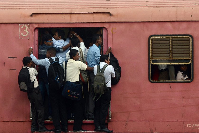 Пассажиры поезда, следующего в крупнейший город Шри-Ланки Коломбо.
