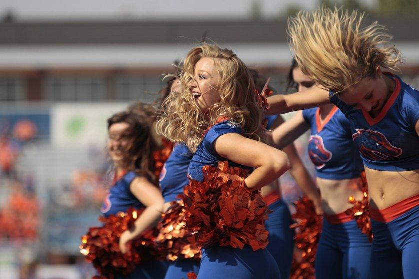 Девушки из группы поддержки футбольной команды Boise State выступают во время матча против команды Troy в Айдахо.