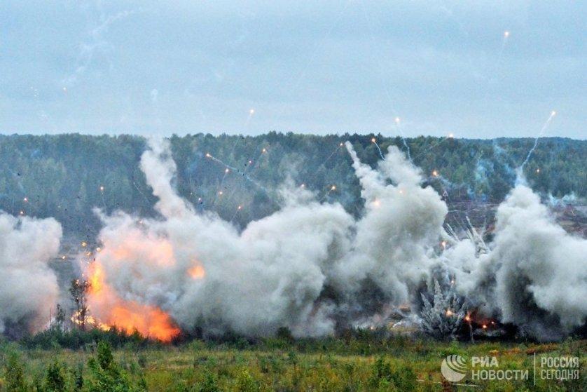 """Для уничтожения целей на Лужском полигоне использовались комплексы войсковой ПВО ЗРК """"Стрела-10М"""", переносные ЗРК """"Игла"""" и ЗУ-23, установленные на БТР-Д."""