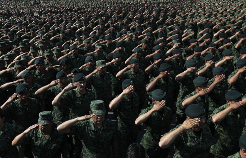Солдаты приветствуют министра обороны Мексики генерала Сальвадора Сьенфуэгоса в военном лагере № 1 в Мехико