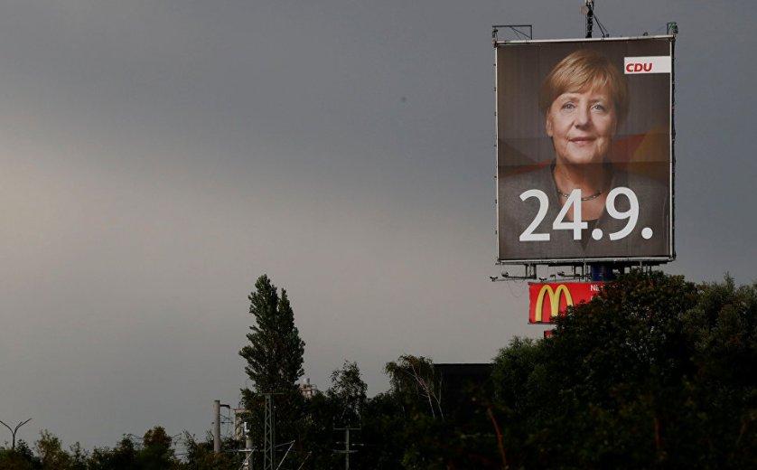 Плакат в поддержку канцлера Германии Ангелы Меркель неподалеку от Магдебурга