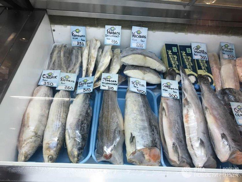 Прилавок с рыбой на рынке в Москве