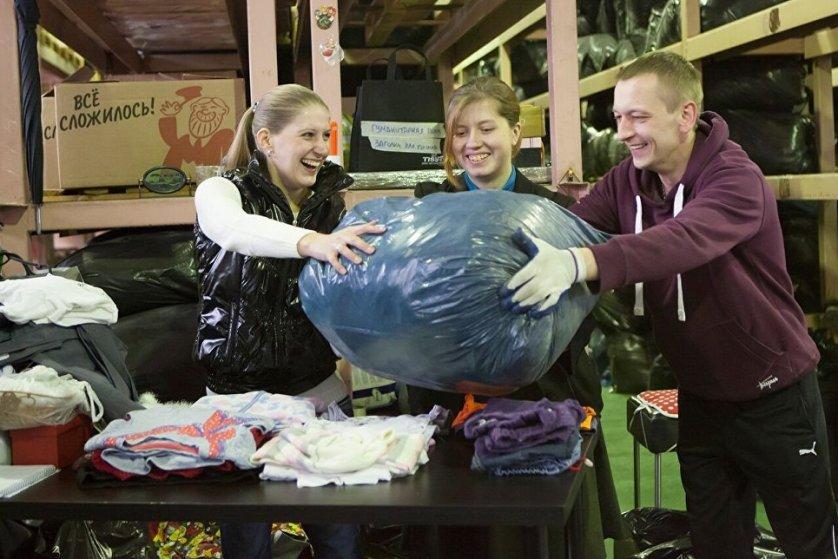 Сортировка вещей, сданных в благотворительные контейнеры Charity Shop