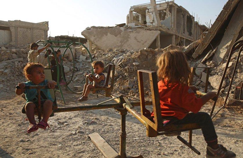 Дети играют на одной из улиц разрушенного города Дума, Сирия.