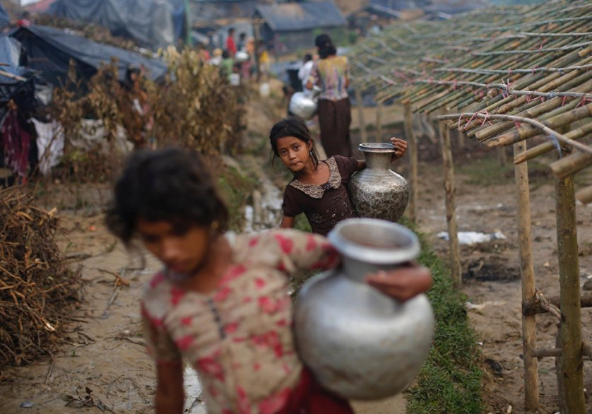 Девочки из семей беженцев-рохинджа идут за водой в лагере Балухали в Бангладеш.