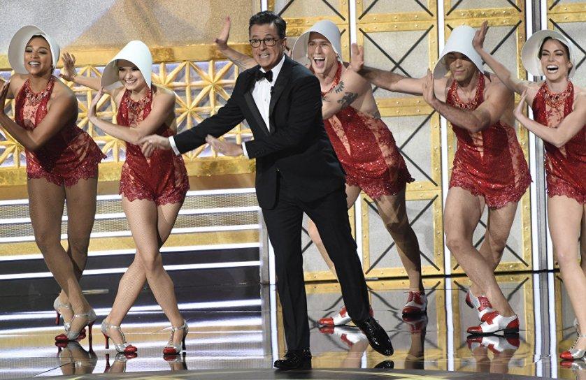 """Выступление ведущего Стивена Кольбера на церемонии награждения телевизионной премии """"Эмми-2017"""" в Лос-Анджелесе."""