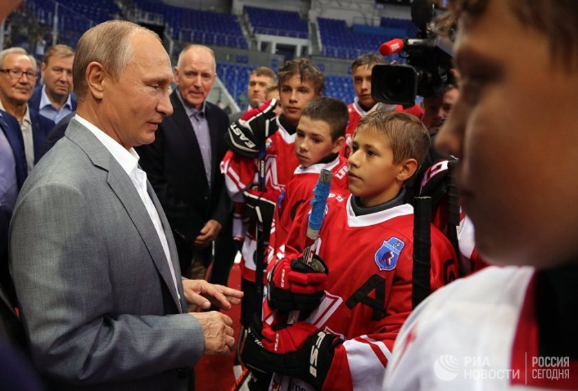"""Президент России Владимир Путин вместе с хоккеистами сборных СССР и Канады, участвовавших в легендарной суперсерии 1972 года, общается с молодыми спортсменами на ледовой арене """"Шайба"""" образовательного центра """"Сириус"""" в Сочи."""