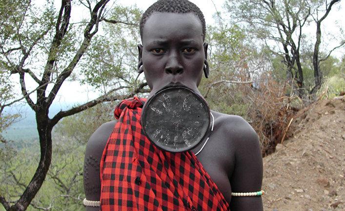 Представитель африканского племени Мурси.