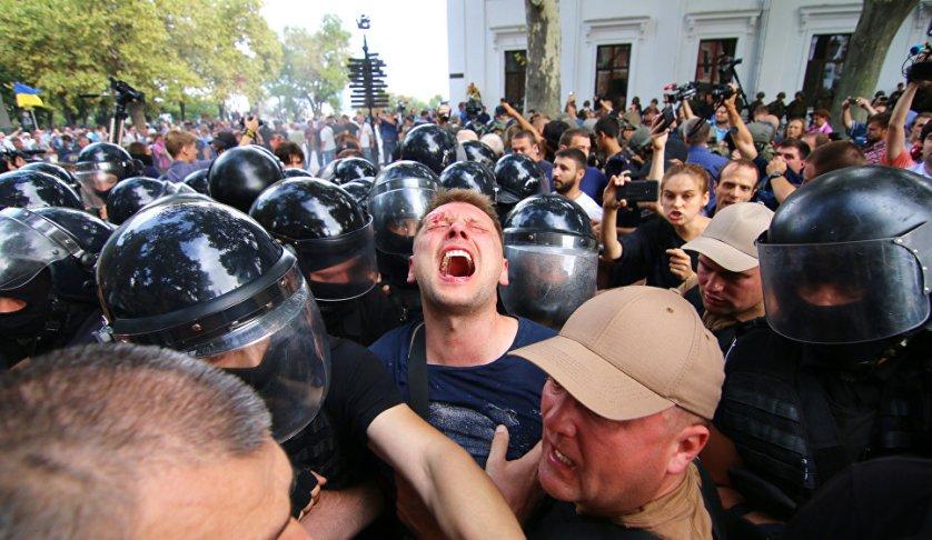 Жители Одессы устроили акцию протеста, на которой потребовали отставки мэра города после гибели девочек во время пожара в детском лагере.