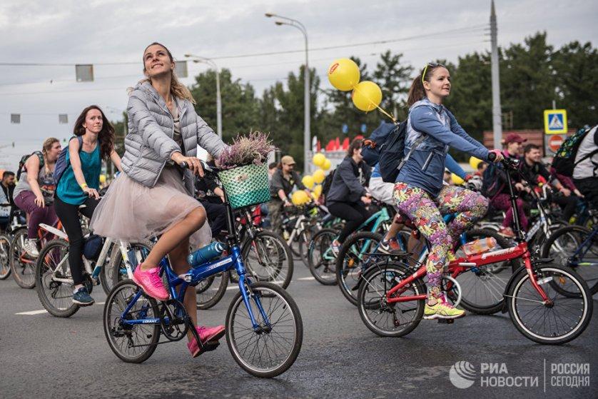Участницы осеннего велопарада на Москворецкой набережной в российской столице.