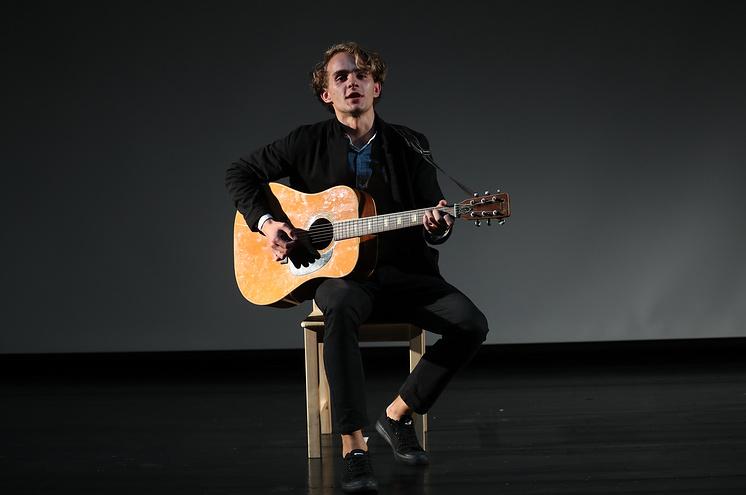 Дима играет на гитаре и мечтает быть оперным певцом