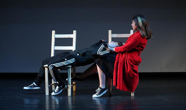 На сцене актеры не только произносили текст Шекспира, но и рассказывали о своей первой любви