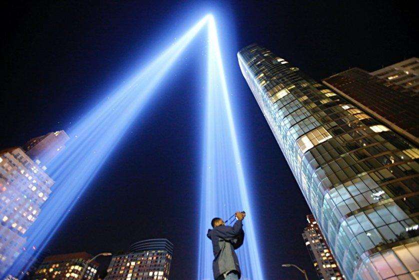 Световая инсталляция в ночном небе Нью-Йорка, созданная накануне годовщины терактов 11 сентября.