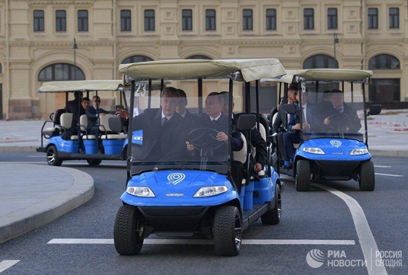 Глава государства приехал в парк за рулем гольф-кара с Красной площади вместе с мэром Москвы Сергеем Собяниным.