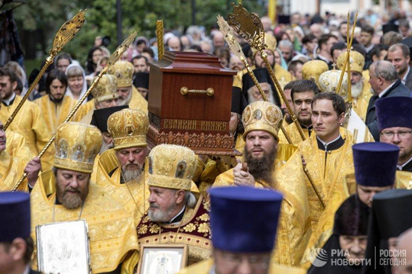 По традиции, в этот день на площадь Александра Невского, куда приходит большой крестный ход, из Свято-Троицкого собора лавры выносятся мощи благоверного князя.
