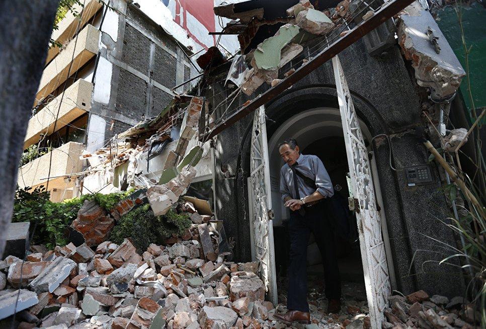 По меньшей мере 100 человек после землетрясения оказались заблокированы под обломками семиэтажной швейной фабрики в мексиканской столице.