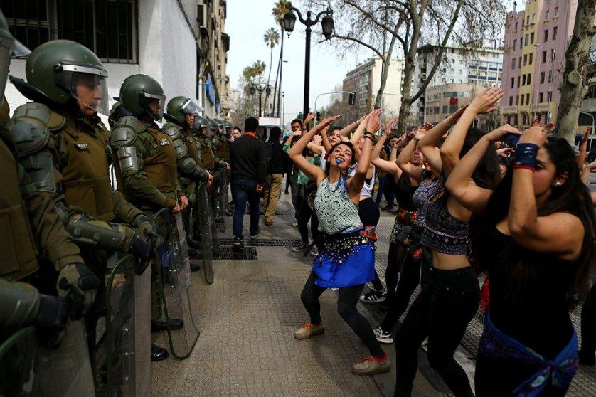 Митинг студентов, требующих реформировать систему образования, в Сантьяго, Чили.