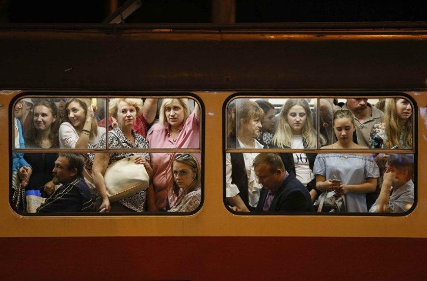 Пассажиры трамвая в Киеве, Украина.