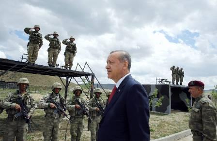 Президент Турции Реджеп Тайип Эрдоган посещает приграничную воинскую часть.