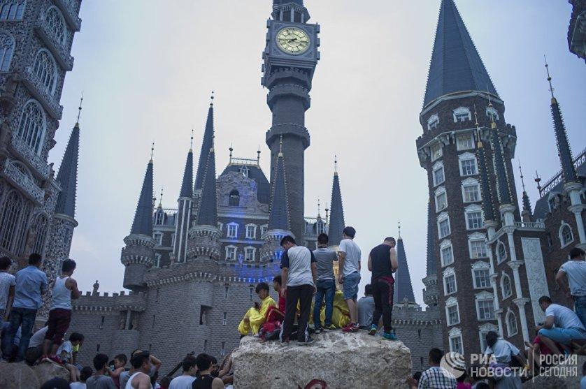 """Китайцы – известные мастера по виртуозным архитектурным подделкам. Они умудрились скопировать Париж, Амстердам, Лондон. Но они пошли дальше и решили воплотить в жизнь вымышленное здание – школу чародейства и волшебства Хогвартс из вселенной """"Гарри Поттера"""". Находится эта красота в провинции Хэбэй. Там роасполагается академия искусств. Правда, сами архитекторы наотрез отказались признавать тот факт, что вдохновлялись историей Джоан Роулинг. Но их тут же заподозрили в копировании диснеевского замка Золушки."""