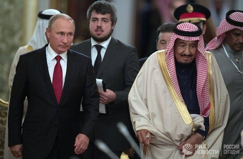 Президент России Владимир Путин и король Саудовской Аравии Сальман Бен Абдель Азиз Аль Сауд во время встречи в Москве.