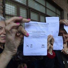 Очереди к урнам и столкновения с полицией: в Каталонии проходит референдум