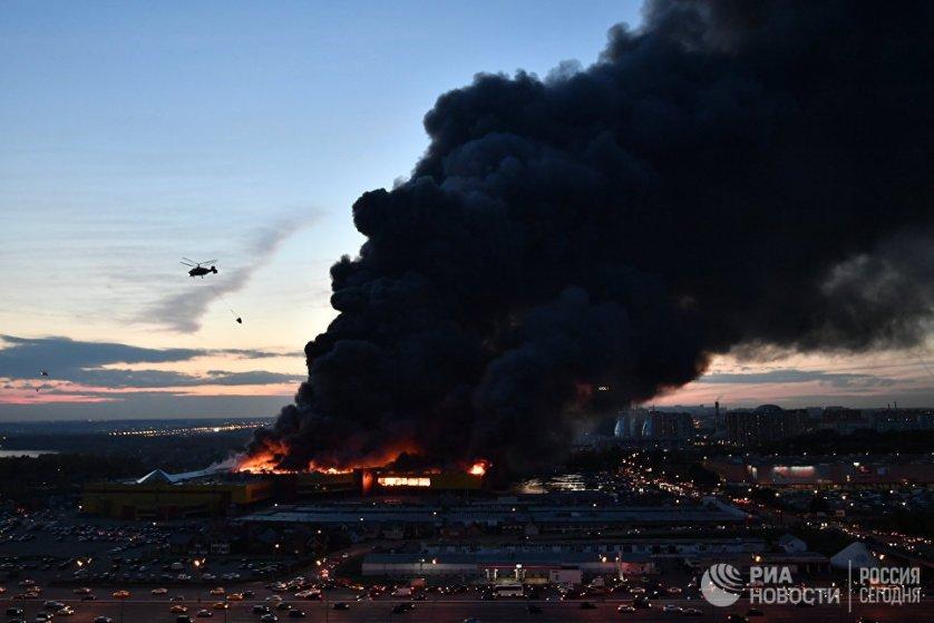 Пожар в ТЦ «Синдика»: обрушение конструкций и взрывы на парковке