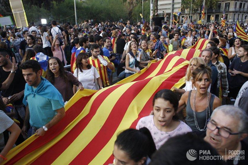 Участники забастовки в поддержку референдума о независимости Каталонии в Барселоне.