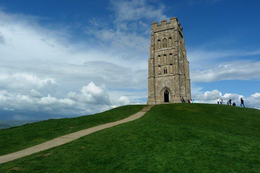 В английском графстве Сомерсет на высоком-высоком холме, в высокой-высокой башне средневековой церкви святого Михаила есть… всего-навсего вход в мифический мир магов и волшебных существ Авалон. Именно здесь, по легенде, были похоронены король Артур и жена его Гвиневра.