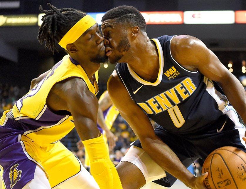 Баскетболисты Брайант Уэбер и Эммануэль Мудиай столкнулись друг с другом во время игры в Калифорнии.